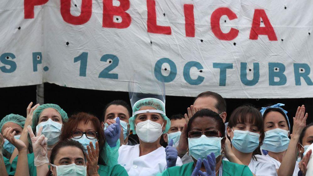 Foto: Personal médico del hospital 12 de Octubre de Madrid. (EFE)