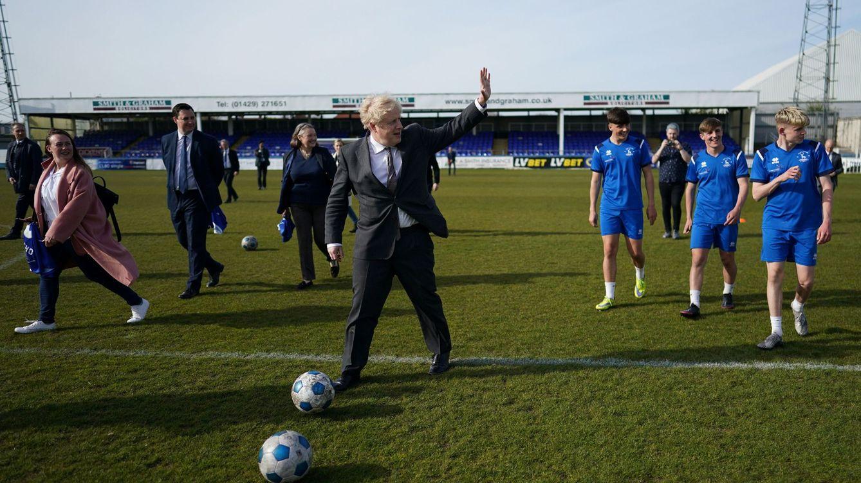 Foto: Boris Johnson, jugando al fútbol en una imagen de archivo. (Reuters)