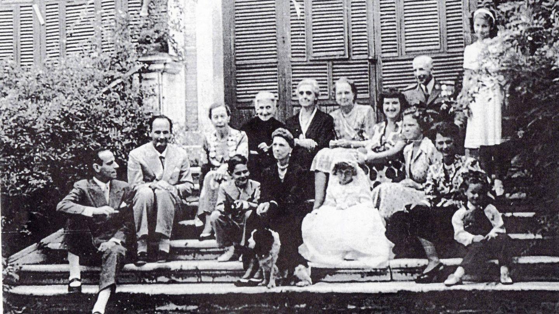 Sanlucar, mayo de 1949. Desde la izquierda: el pianista Antonio Lucas Moreno, Álvaro de Orleans. En el centro, en primera línea, Beatriz de Orleans junto su abuela, Beatriz de Sajonia Coburgo. Los dos niños son sus hermanos, Álvaro y Alonso.