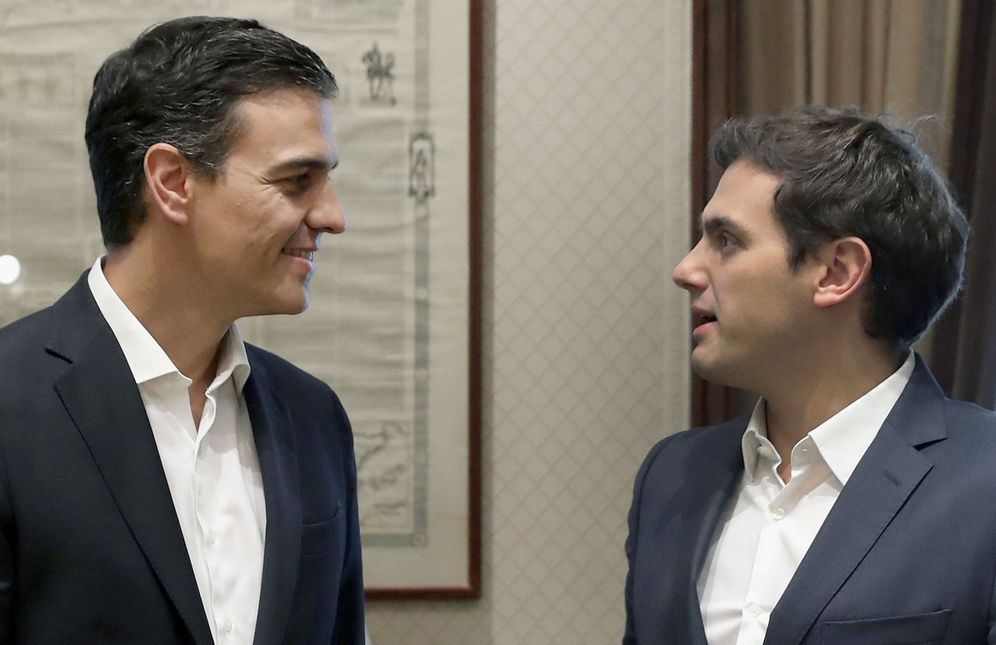 Foto: Pedro Sánchez charla con Albert Rivera antes de su reunión en el Congreso, este 28 de junio. (EFE)