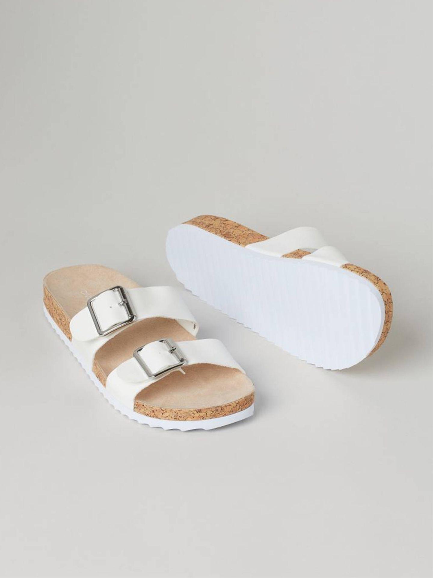 Sandalias blancas de HyM. (Cortesía)