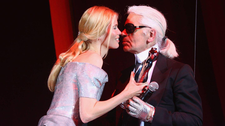 Claudia Schiffer y Karl Lagerfeld. (Getty)
