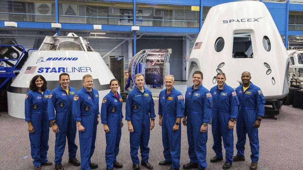 Foto: Astronautas ante las capsulas de Boeing y SpaceX. Foto: NASA