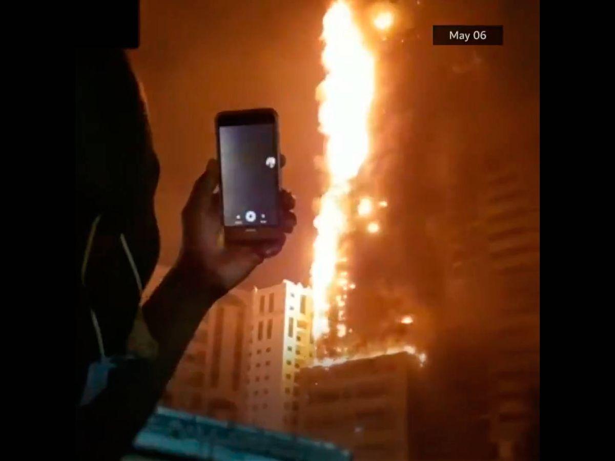 Foto: Los bomberos desalojaron a 250 familias del rascacielos y de edificios colindantes (Foto: Twitter)