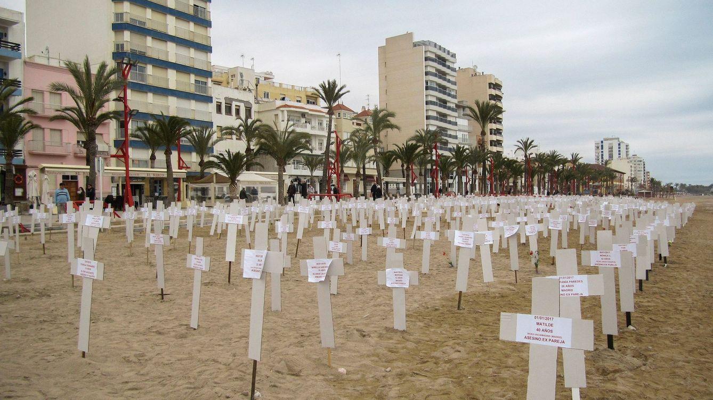 Foto: Foto de archivo de cientos de cruces en la playa de Vinaroz el pasado 8 de marzo en recuerdo a las mujeres asesinadas. (EFE)