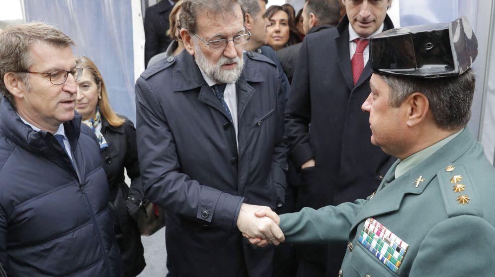Foto: Mariano Rajoy (c) y Alberto Nuñez Feijóo (I) felicitan al coronel Jambrina (d), Jefe de la Comandancia de A Coruña. (EFE)