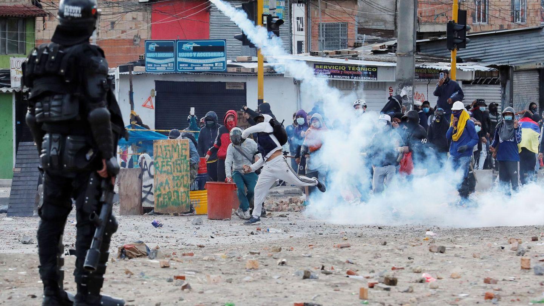 Manifestantes se enfrentan a integrantes del Escuadrón Móvil Antidisturbios (ESMAD) en Bogotá. (EFE)