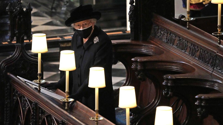 Isabel II en el funeral de su esposo. (Cordon press)