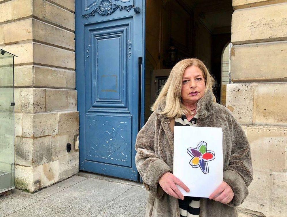 Foto: Consuelo Ordóñez posa en el exterior de las dependencias del Ministerio de Justicia francés en París al término de su reunión con Helene Davo. (EC)