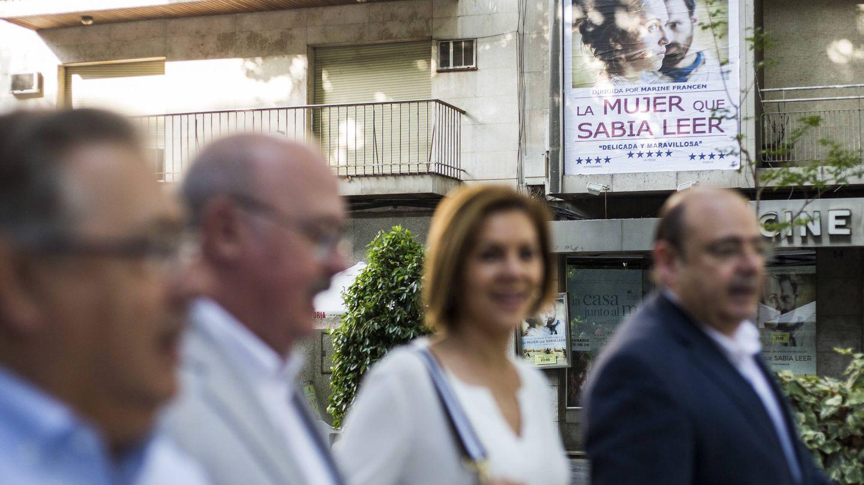 Comienza la jornada con un paseo antes del acto previsto con militantes en la sede del PP de Granada.