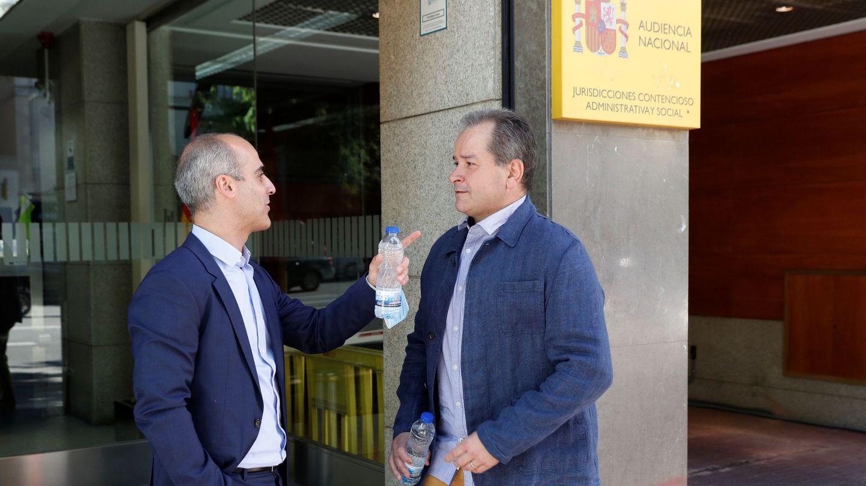 José Manuel Espejo, representante de  Eva Navarro, y Pablo Egurrola, padre de Damaris, en la Audiencia Nacional. (EFE)