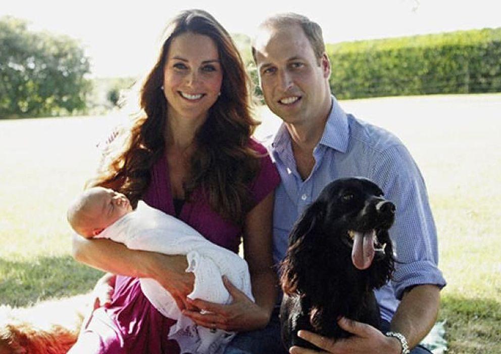 Foto: Fotos oficial de los duques de Cambridge con su hijo (Twitter)