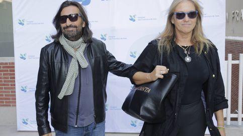 Antonio Carmona sale del hospital junto a su mujer, Mariola Orellana
