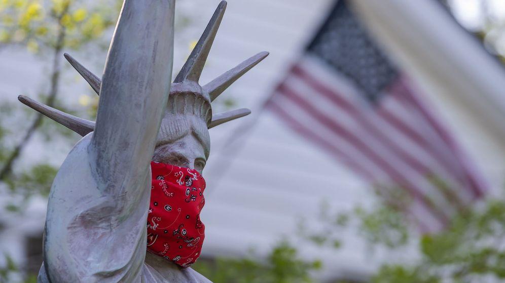 Foto: Una réplica de la Estatua de la Libertad ataviada con un pañuelo de tela. (EFE)