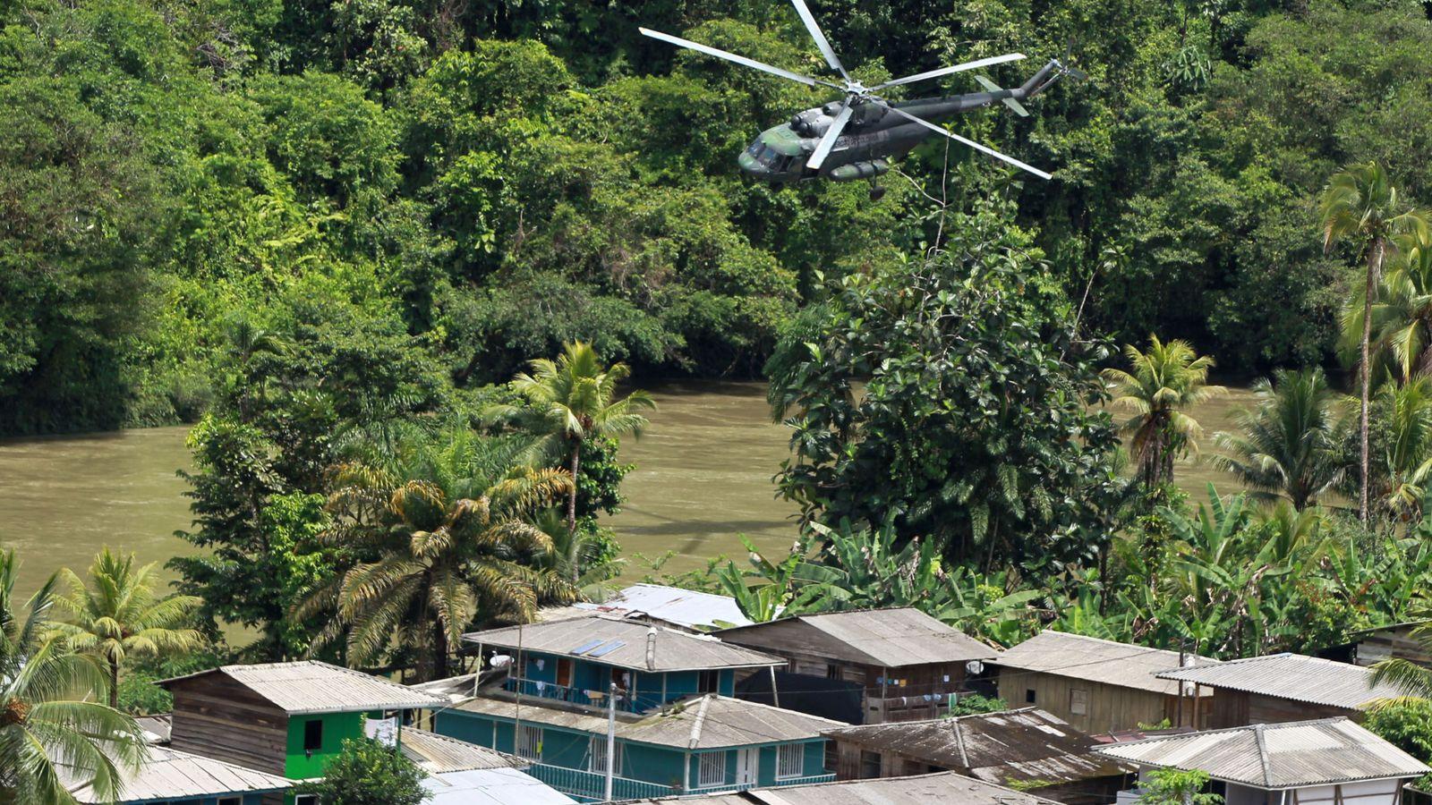 Foto: Un helicópetero militar sobrevuela Buenaventura durante una operación contra el narcotráfico. (EFE)