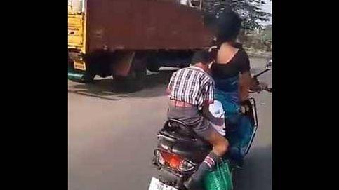 Este niño hace sus deberes montado en una moto