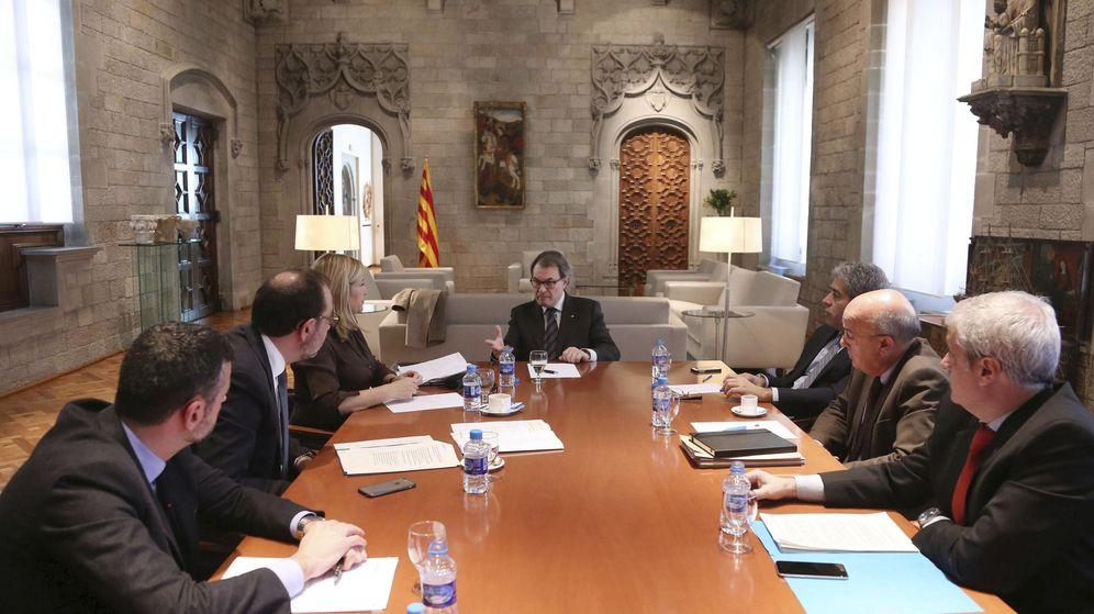 Foto: Artur Mas, reunido con los consejeros con competencias en el accidente aéreo de Francia. (Efe)