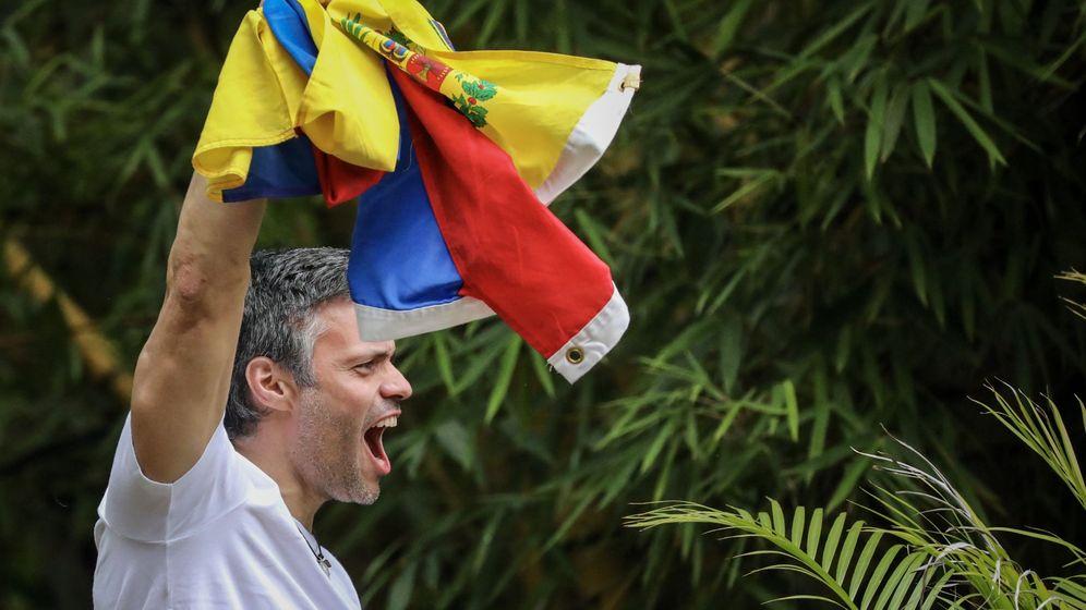 Foto: El opositor venezolano Leopoldo López saluda a seguidores tras salir de la cárcel. (EFE)
