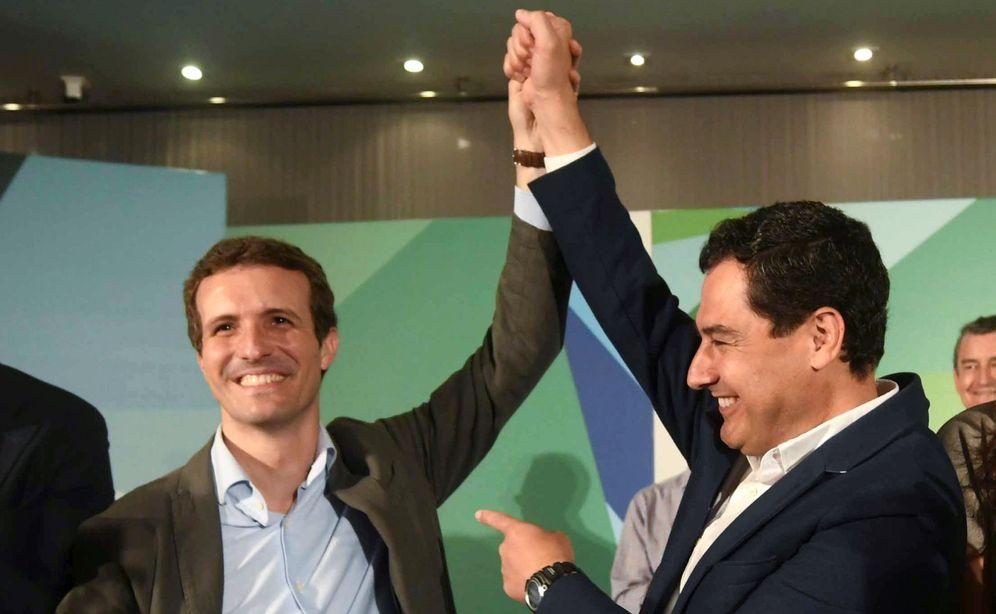 Foto: El presidente del Partido Popular, Pablo Casado (i), junto al presidente del PP de Andalucía, Juanma Moreno (d). (EFE)