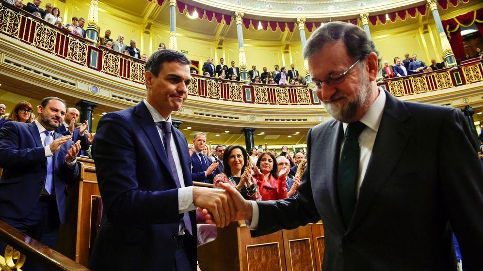 Foto: El presidente del Gobierno, Pedro Sánchez, saluda a su predecesor, Mariano Rajoy, tras la moción de censura (Reuters)