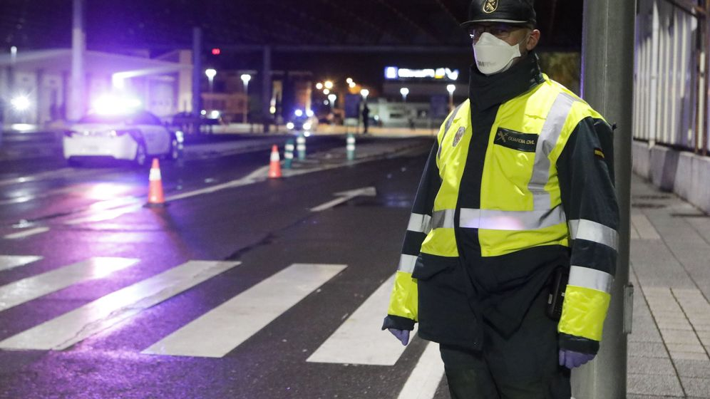 Foto: Un agente de la Guardia Civil ataviado con mascarilla pasa control en una frontera. (EFE)