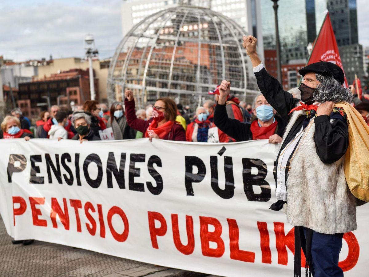 Foto: Pensionistas se manifiestan en las calles. (EFE)