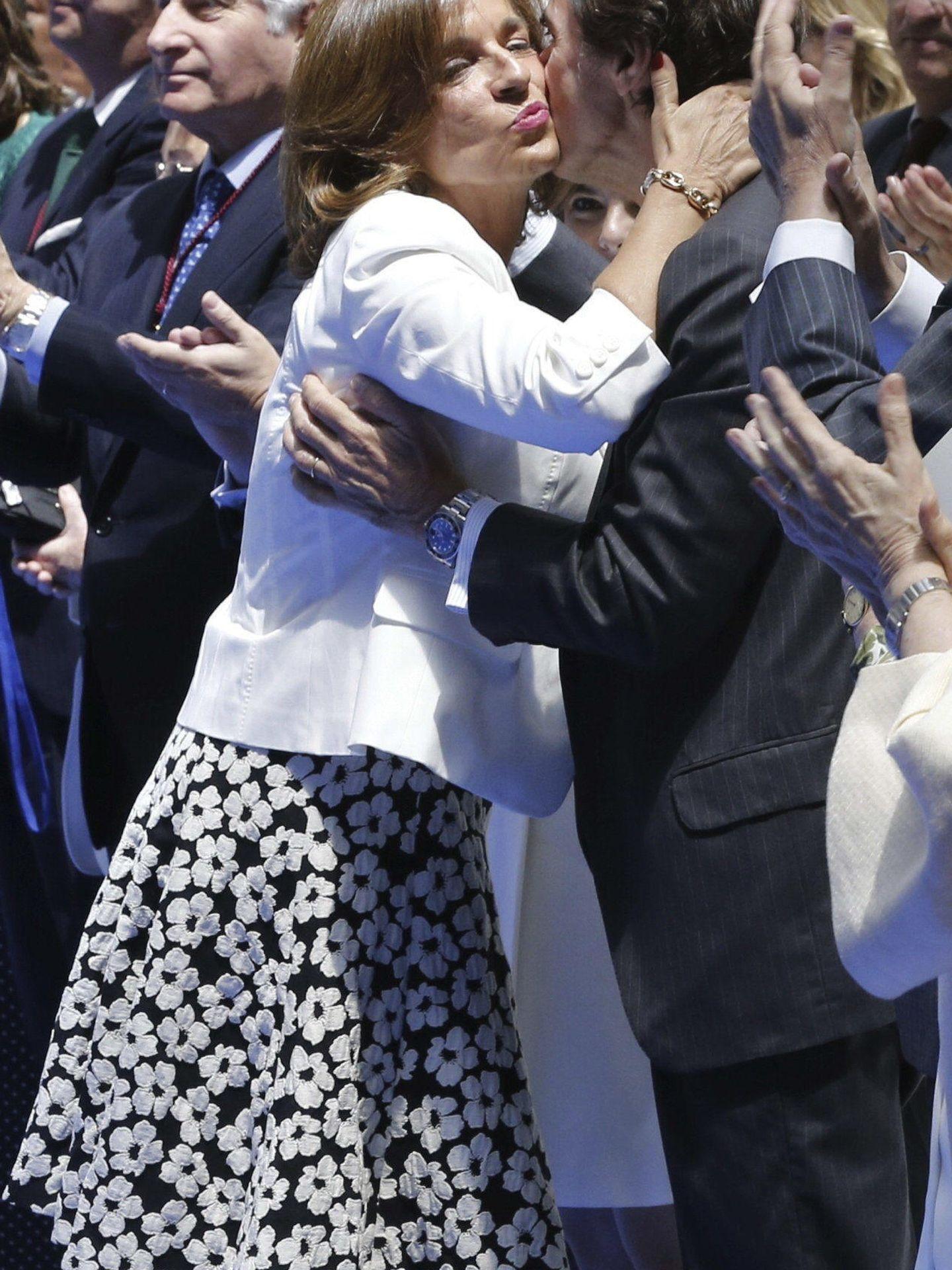 Ana Botella recibe el beso de su marido. (EFE)
