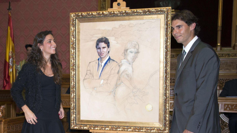 Nadal y su novia al recibir el título de Hijo Predilecto. (EFE)