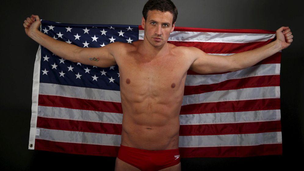 Foto: Ryan Lochte posa con la bandera estadounidense para el Comité Olímpico antes de los Juegos de Río en 2016. (Reuters)
