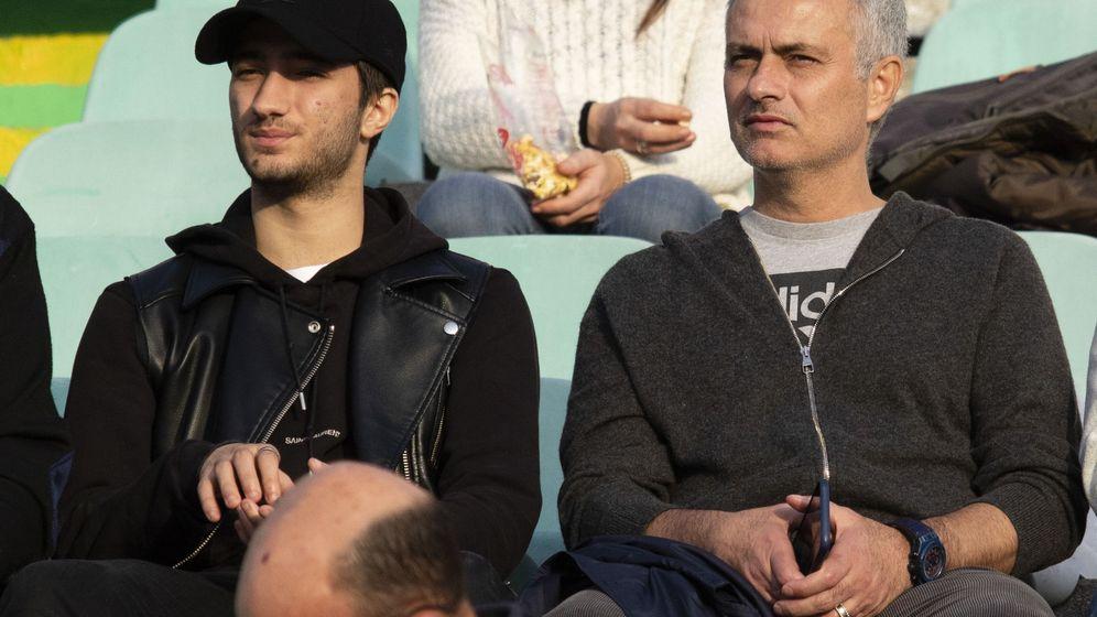 Foto: Mourinho, junto a su hijo, presenciando un partido después de ser despedido del Manchester United. (Efe)