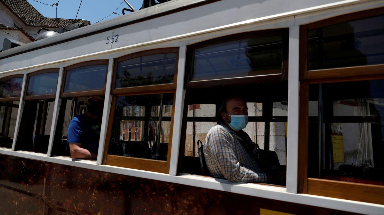 Tranvía en el barrio de Alfama, en Lisboa. (Reuters)