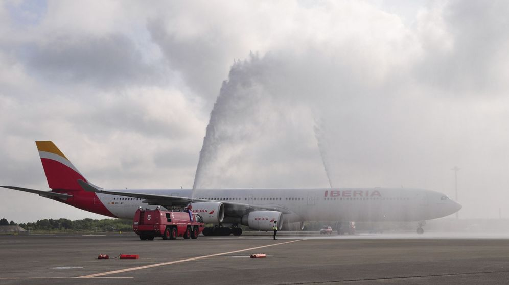 Foto: Avión A330-200 de Iberia durante un bautizo de agua que ha recibido tras su aterrizaje en Tokio. (EFE)