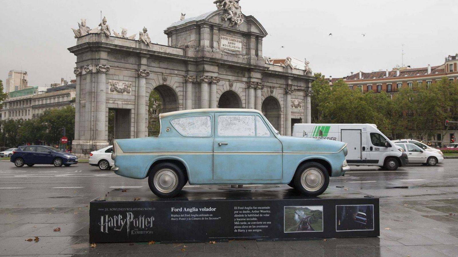 Foto: El Ford Anglia, ubicado en la Puerta de Alcalá