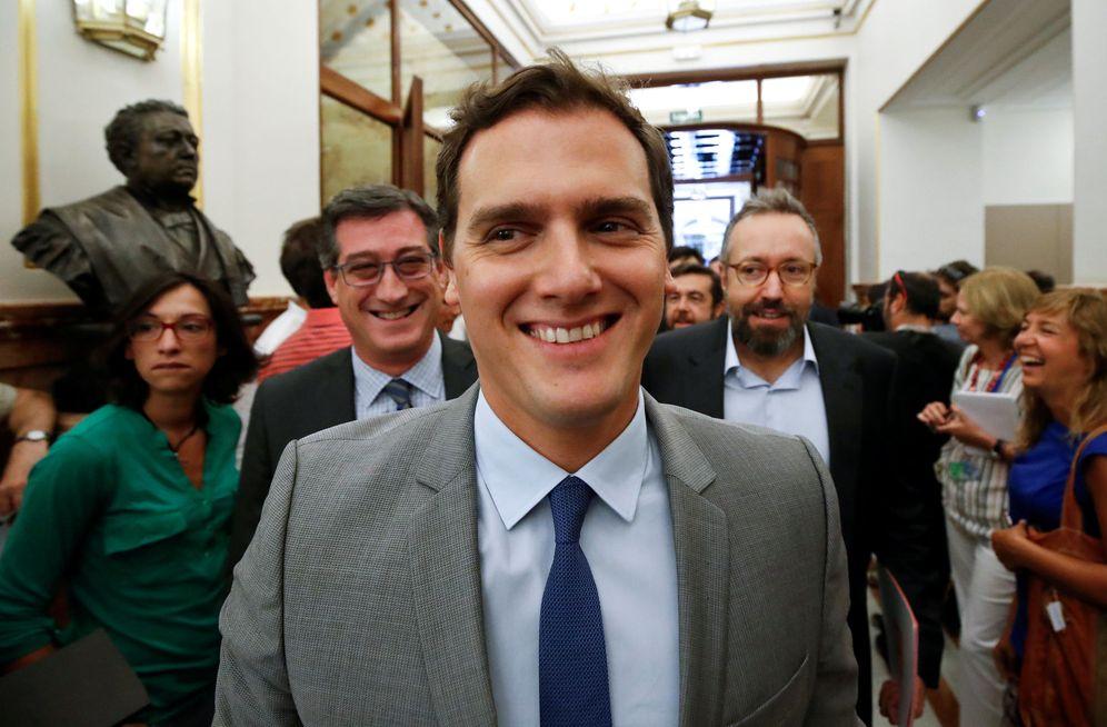 Foto: El presidente de Ciudadanos, Albert Rivera, seguido de su equipo, a su llegada al Congreso. (REUTERS)