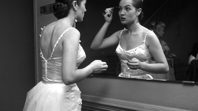 Sara Montiel, preparándose para salir en el mítico programa de Ed Sullivan en Los Ángeles en 1954. (Getty)