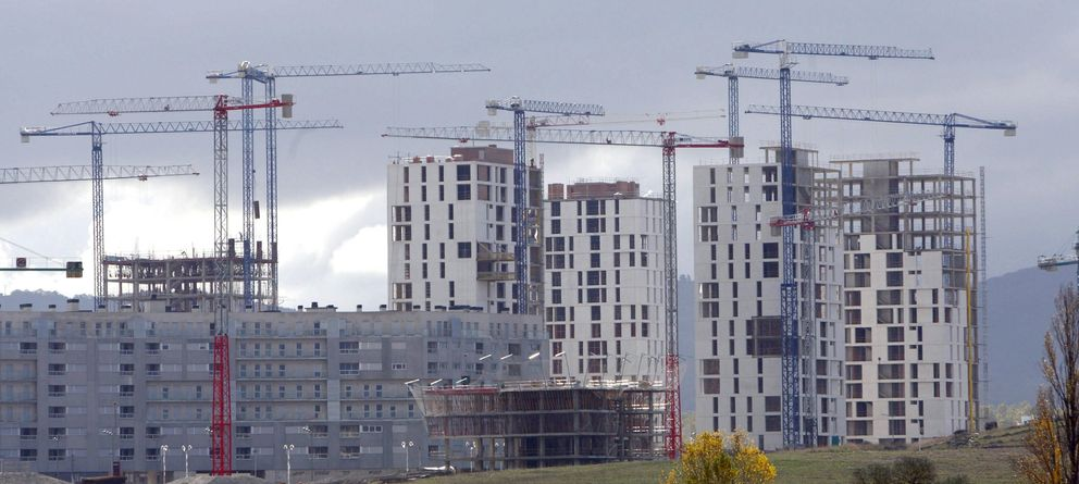 Foto: Imagen de archivo de varios edificios de viviendas en construcción. (Efe)