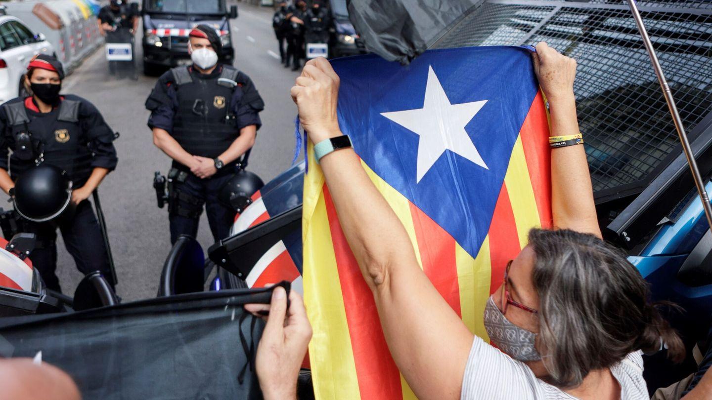 Manifestación cerca del consulado de Italia en Barcelona. (EFE)