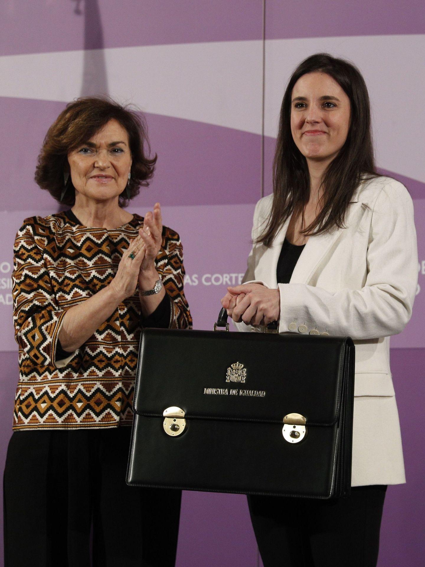 La vicepresidenta primera, Carmen Calvo, traspasa la cartera de Igualdad a Irene Montero, el pasado 13 de enero. (EFE)