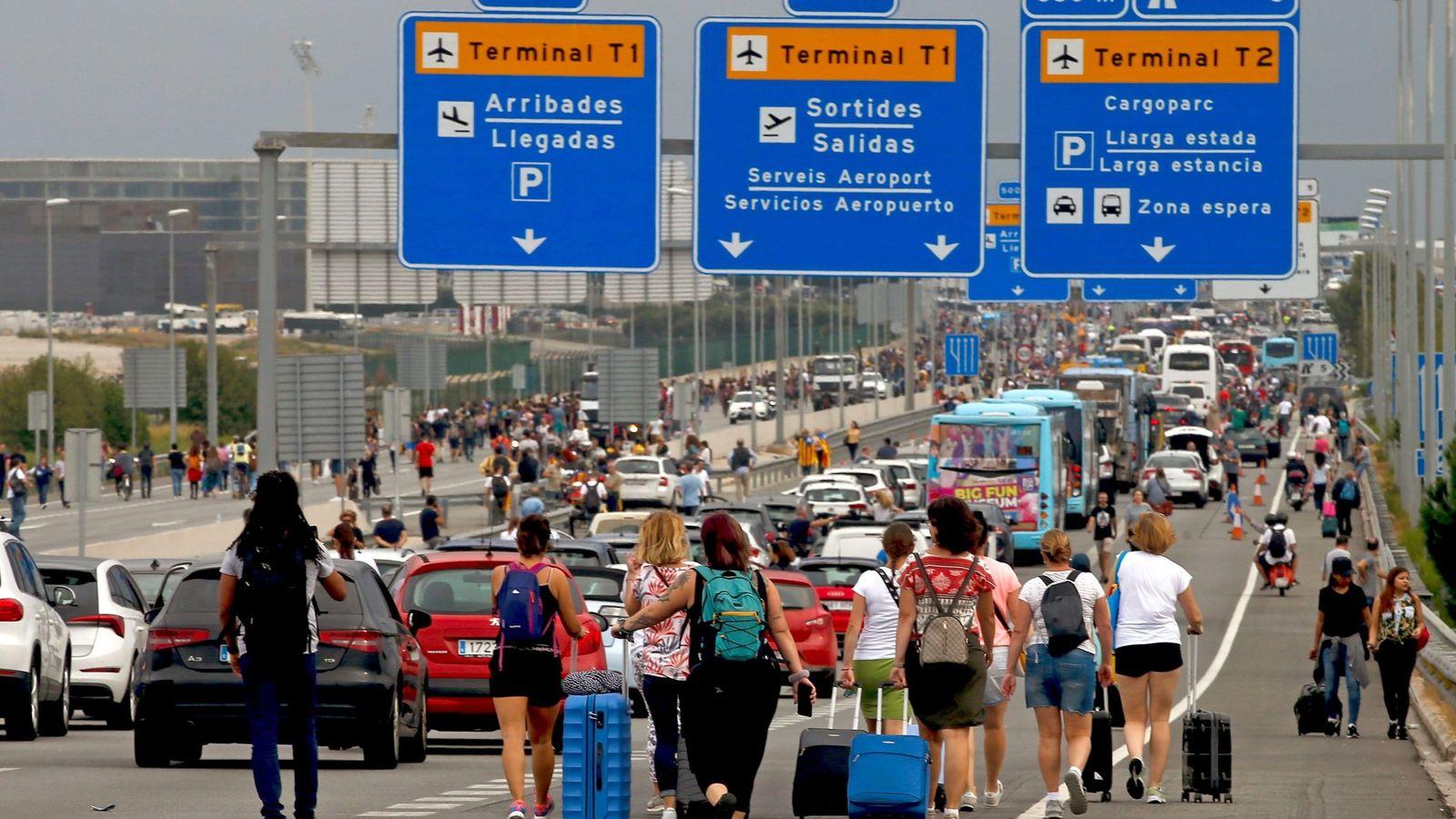 Foto: Activistas independentistas han hecho un llamamiento para bloquear el aeropuerto de El Prat en Barcelona (EFE)