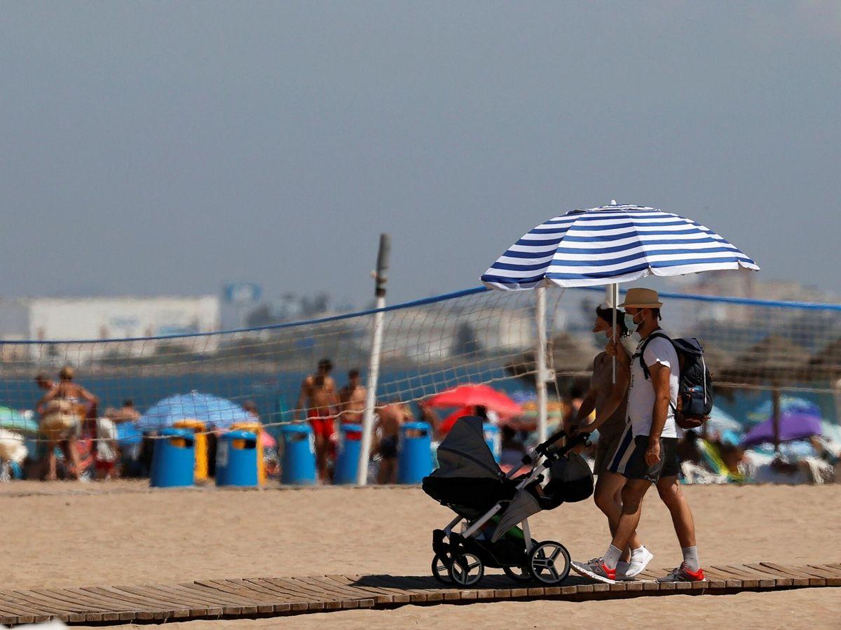 Foto: Varias personas, en la playa de Valencia. (EFE)