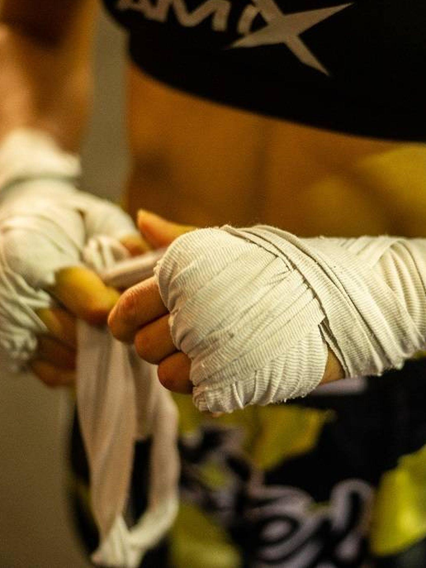 La luchadora toledana retirándose sus vendas tras finalizar la sesión. (Fernando Ruso)