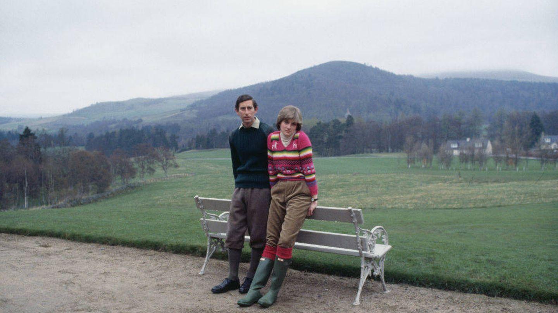 Carlos y Diana en Balmoral, luciendo estilo y botas (Getty)