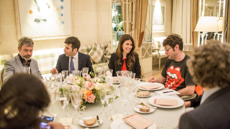 Paco y Sisita Closa Soldevila, en el centro, en la cena del centenario del hotel Majestic.