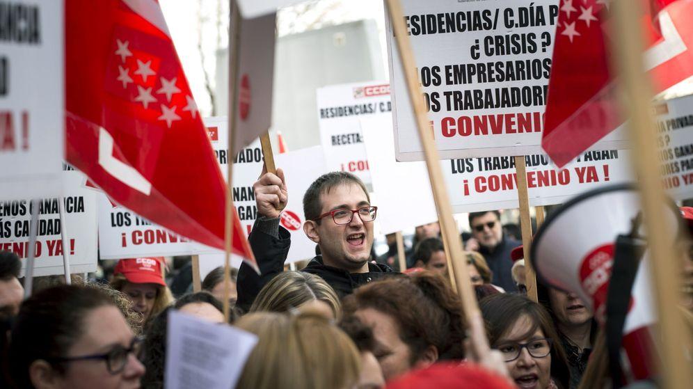 Foto: Concentración ante la sede de la CEOE en defensa de la negociación colectiva y para exigir un empleo y salario dignos. (EFE)