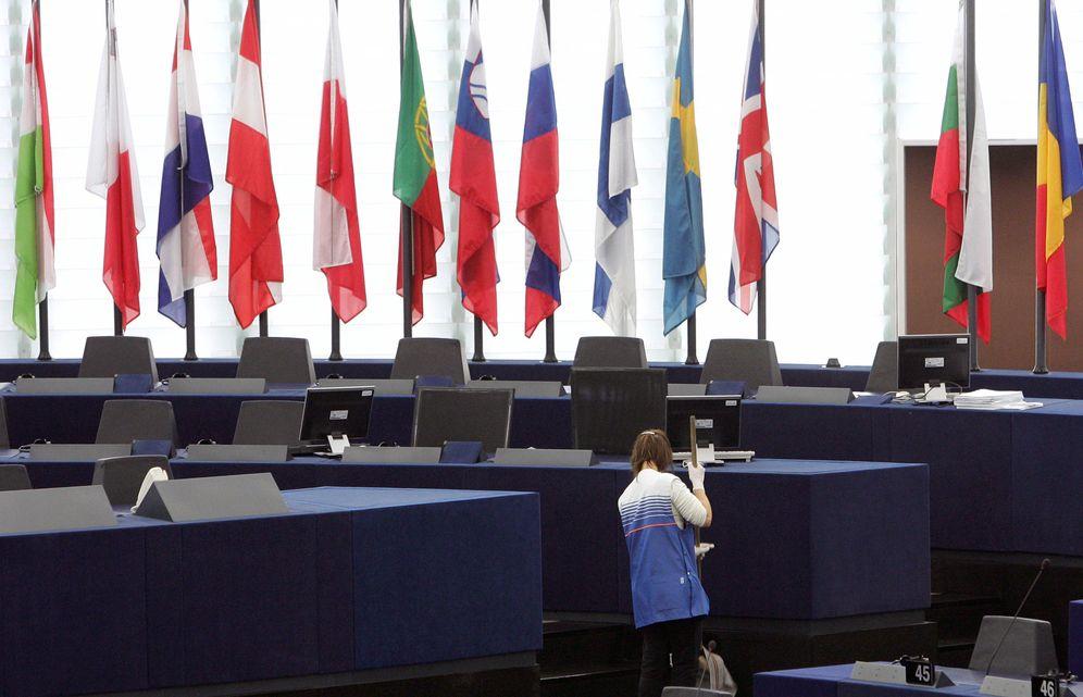 Foto: Una empleada de la limpieza en el hemiciclo del Parlamento Europeo (Reuters).