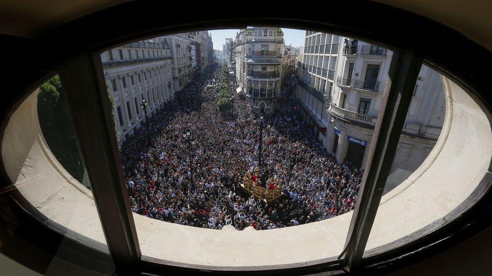 Foto: Miles de fieles se concentraron en el centro de Sevilla para ver procesionar la imagen del Jesús del Gran Poder el 6 de noviembre de 2016. (EFE)