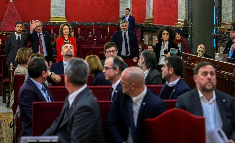 Foto: Fotografía de archivo cuando el presidente de la Generalitat, Quim Torra (fondo-2i), saluda a los 12 líderes independentistas acusados por el proceso soberanista catalán. (EFE)