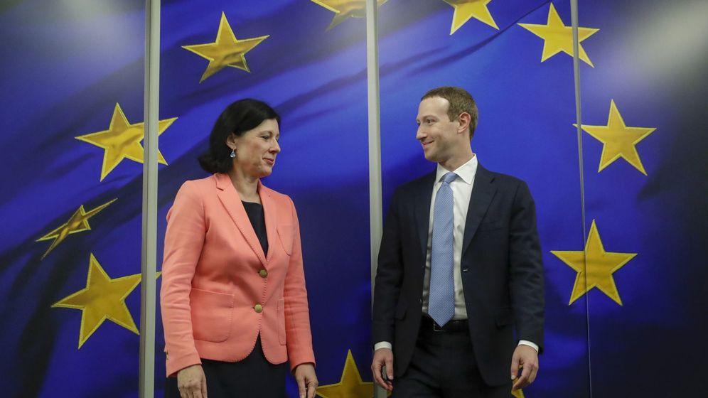 Foto: Zuckerberg y Jourová. (Reuters)