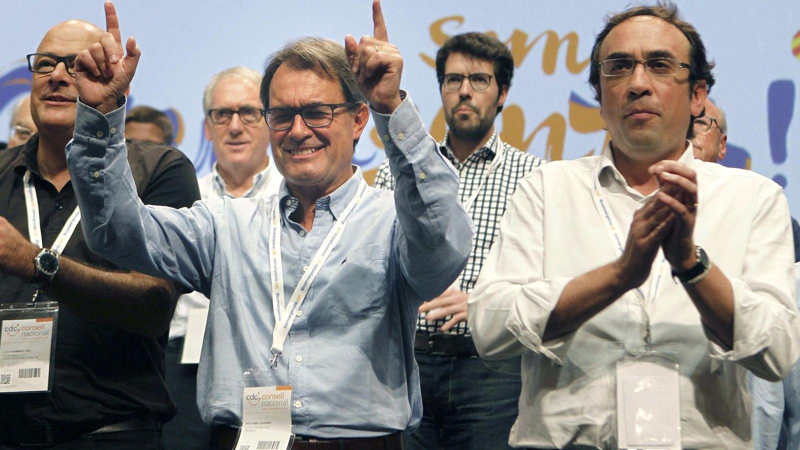 Foto: El coordinador general Josep Rull y diputdo de Junts Pel Sí junto al presidente en funciones Artur Mas. (Efe)