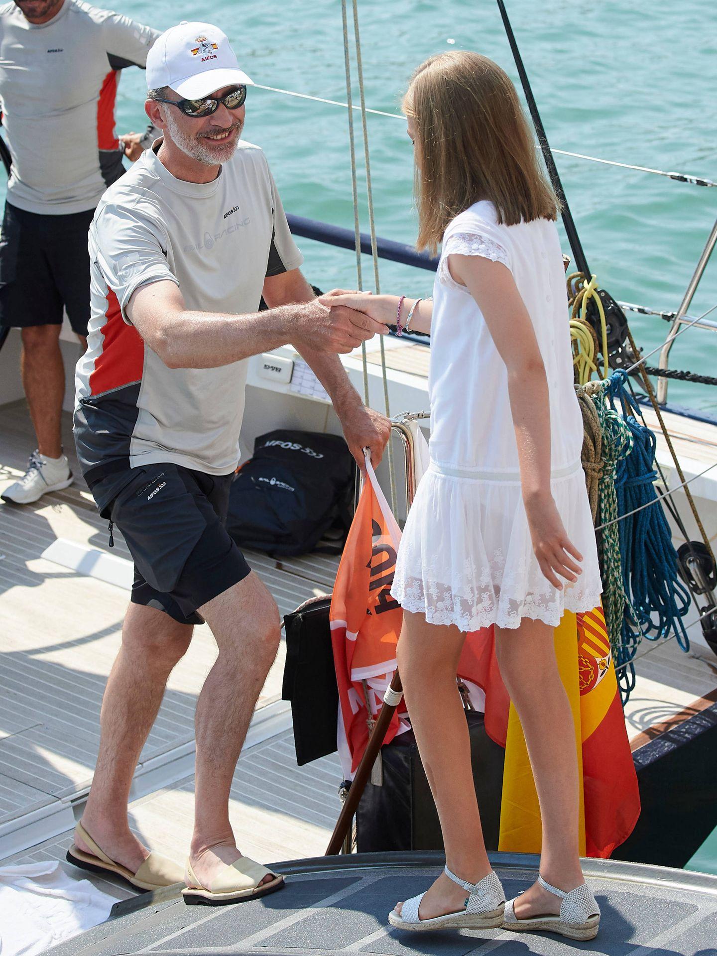 El rey Felipe VI ayuda a la infanta Sofía en el Aifos 500. (Limited Pictures)